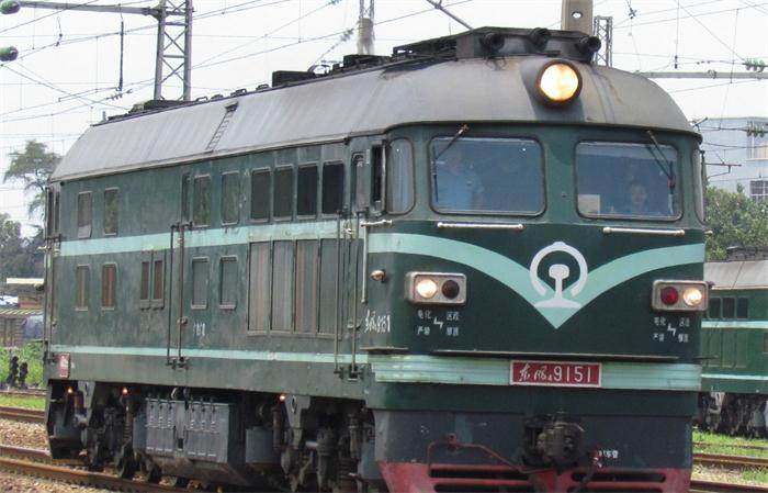 中国干线铁路机车的代表。由1969年东风4型内燃机车改型的大功率内燃机车。1974年由大连、资阳、大同机车厂生产的干线内燃机车。 机车标称功率增加到1985kW。分为客运型和货运型。其中编号为2***为客运型,一般为橙色配黄色袋子涂装。其他编号为货运型,一般为绿色涂装。最大速度,货运100km/h,客运120km/h,车长20500mm,轴式C0-C0,传动方式为交-直流电传动。
